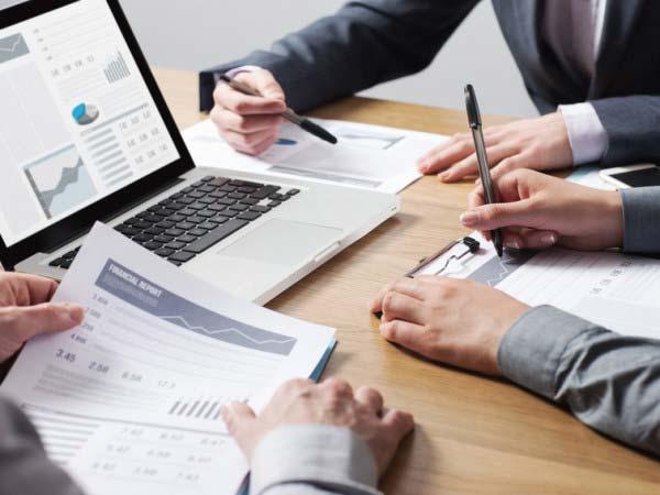 Radca prawny przygotowuje profesjonalną umowę